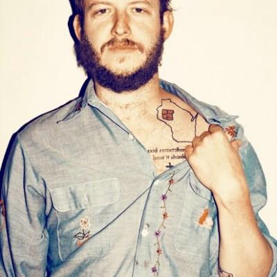 Beau barbu dévoile son tattoo