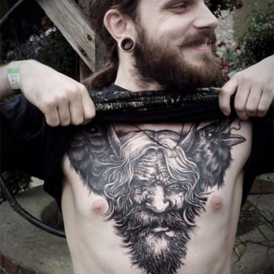 Mise à nue d'un tatoué