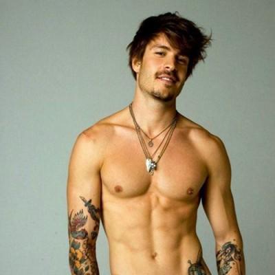 Nudité d'un homme tatoué