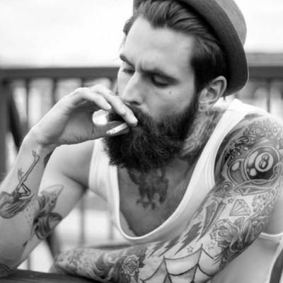 Un homme tatoué dans ses pensées