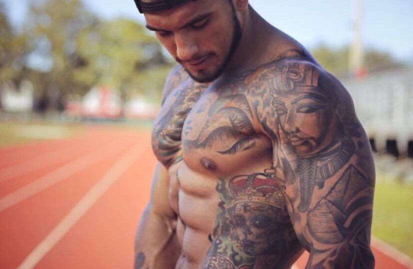 homme tatoué sportif course