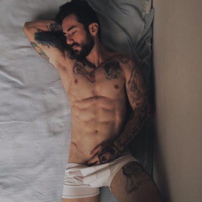 Au lit avec un homme tatoué