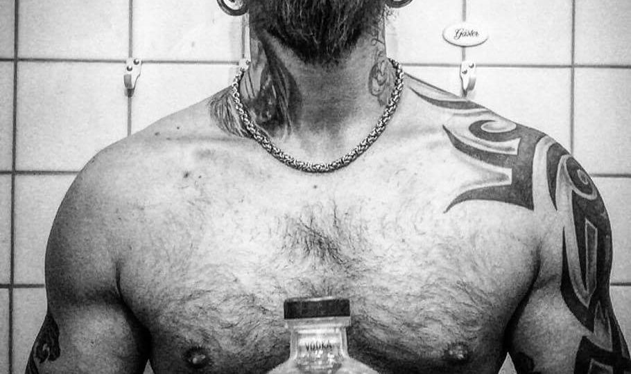 beau barbu tatoué masculin viril