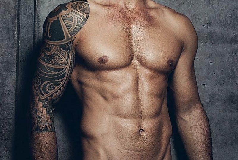 beau métis musclé et tatoué peau bronzée