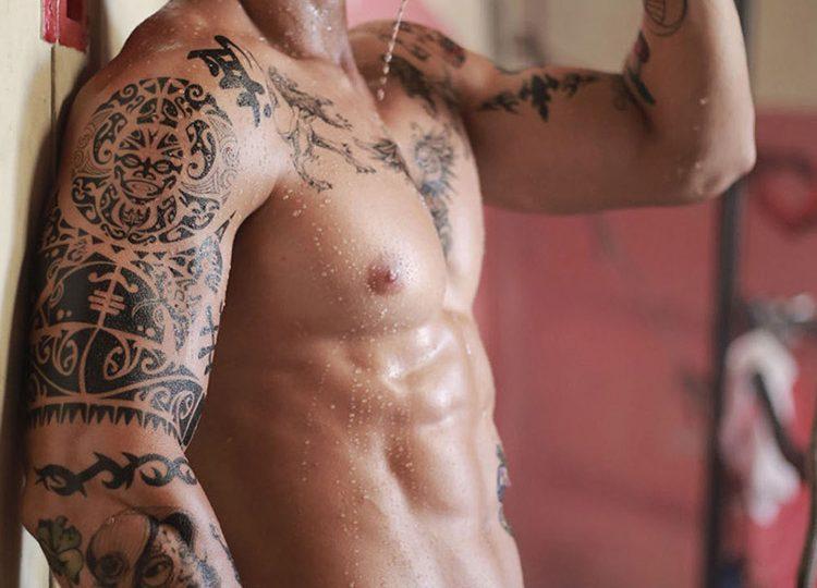 homme tatoué frais gay musclé