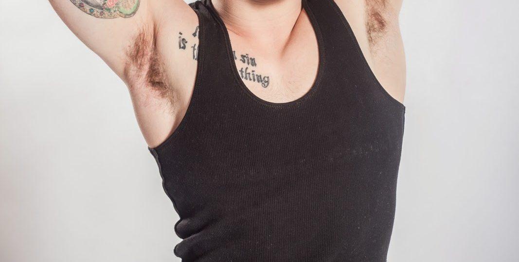 tatouage gun un homme tatoué yeux bleus